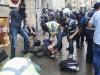 Polis gözaltına almak üzere yakaladığı direnişçiyi vahşice tekmeliyor. İstiklal caddesi. Muhtemel çekildiği tarih 16 Haziran 2013. / Police savagely kicks the protester to be detained. Istiklal avenue, Taksim.  Probable date taken 16 June 2013. Foto - Ronny Roman