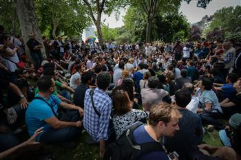 Thousands of demonstrators continued the sit-in in Taksim's Gezi Park on a third day, which opened with a harsh police raid. DAILY NEWS photo, EMRAH GÜREL