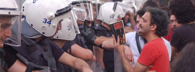 Gezi Parkında polislere kitap okudu