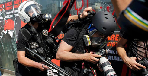 Gezi'de gazetecilere karşı polis şiddeti.