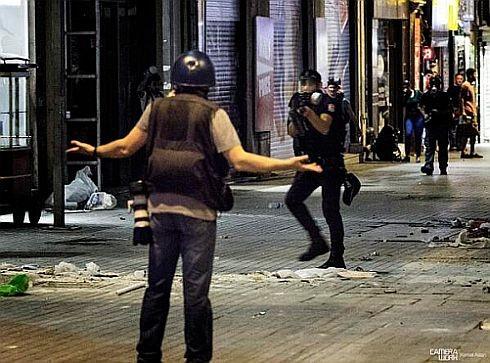 Fotoğrafta polis gazeteci Ahmet Şık'ın üzerine kısa mesafeden biber gazı silahı doğrultuyor.
