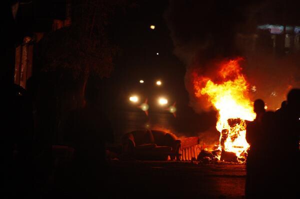 Armutlu'da barikatlar yanıyor.