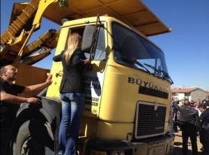 CHP Milletvekili Aylin Nazlıaka, yeniden çalıştırılmak istenen bir kamyona tırmanarak aracın hareketini engelledi.
