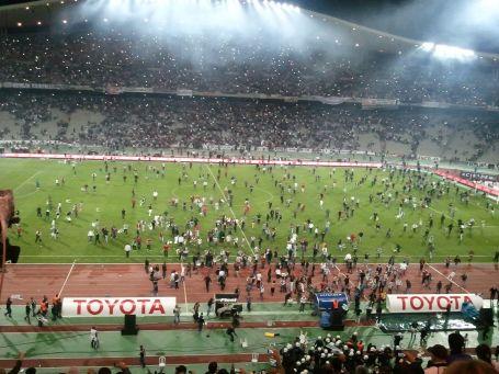 Besiktas, Galatasaray macinda taraftar sahaya girdi