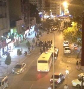 Denizli'de, 12 Eylül askeri darbesinin yıl dönümü nedeniyle yürüyüş yapmak isteyen siyasi parti, sendika ve kitle örgütlerine polis müdahale etti. Denizli'de, 12 Eylül Darbesi'ni protesto etmek için yürüyüşe geçen kitlenin önüne polis barikat kurdu. Polis engelini aşmak için ara sokaktan yürümek isteyen halka polis saldırısı gerçekleşti. Saldırı sonucu dağılan kitle, EMEP il binasına sığındı. Kaynak: Evrensel