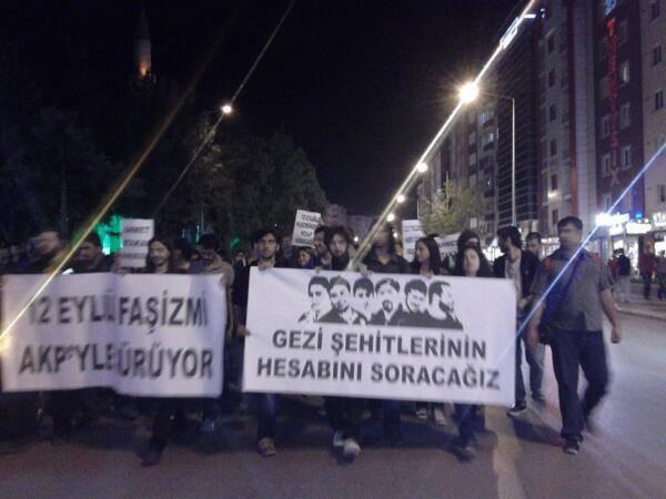 """Eskişehir'de yürüyüş Espark önünden başladı. """"12 Eylül faşizmi AKP'yle sürüyor"""" ve """"Gezi şehitlerinin hesabını soracağız"""" pankartlarıyla AKP il binasının bulunduğu Yunusemre Caddesi'ne yüründü."""