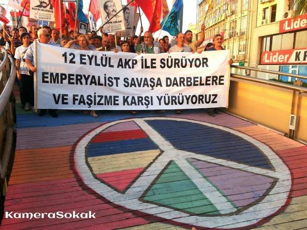 Basmane'den yürüyüşe başlayan İzmirliler Konak Pier önündeki üst geçitte!