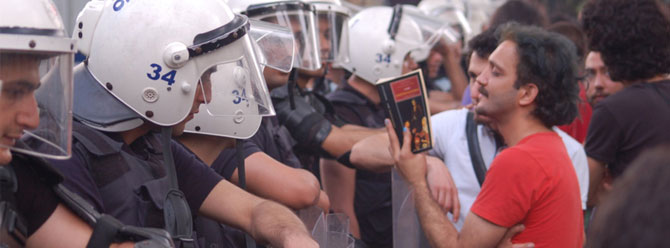 Read books to the police in Gezi Park