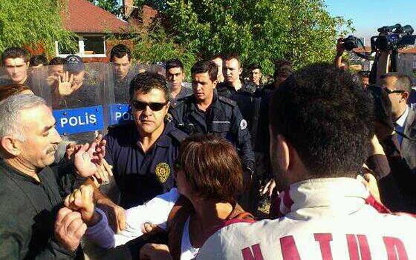 Çevik kuvvet amirinin Mimarlar Odası Ankara Şubesi Genel Sekreteri Tezcan Karakuş Candan'ı tartaklama anı.