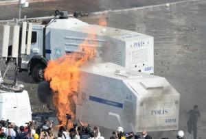 TAKSIM MEYDANINA POLIS MUDAHALE EDIYOR.  FOTOGRAF:UGUR CAN ISTANBUL/DHA