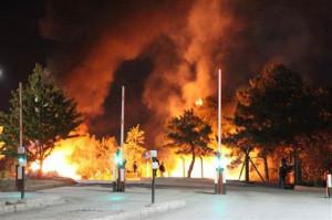 Gaz bombalarıyla çıkan yangınlara üniversitelilerin müdahalesi direniş boyunca sürdü.