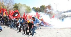 Polis Adliye önünde toplananlara saldırdı. Çok sayıda gözaltı ve yaralı var.