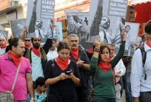 Antalyada kırmızı fular ile protesto