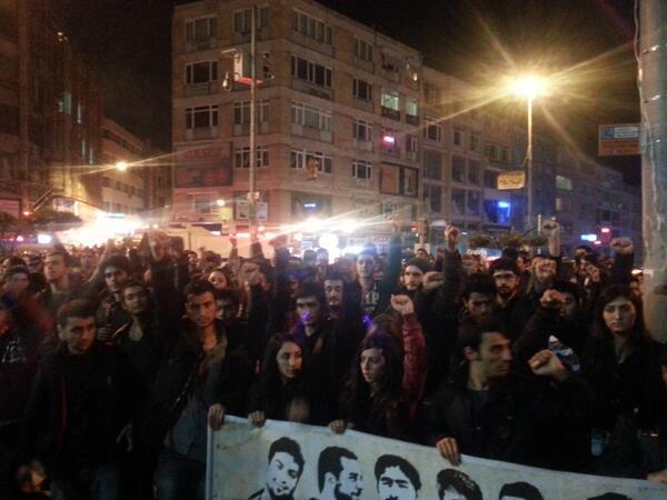 """Boğa Heykeli'nde direnişye hayatını kaybeden direnişçilerin isimleri okundu ve """"yaşıyor"""" denildi."""