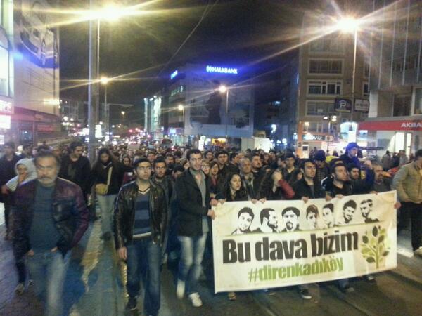 Kadıköy'de Ayvalıtaş için sokağı dolduran binler, yürüyüşün başladığı yer Boğa Heykeli'nde eylemini sona erdirdi. Direnişçiler, Boğa Heykeli yakınlarında bekleyen polislerin yerlerinden kıpırdayamadığını bildirdi.