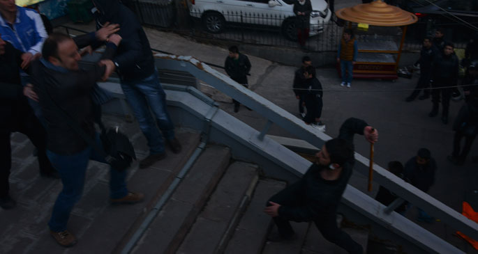 Polis_gozetiminde_kizilayda_elisopalilar