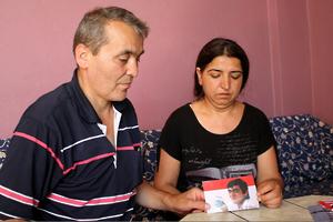 Sami und Gülsüm Elvan zeigen ein Foto ihres Sohnes Berkin Elvan. Der 15-Jährige starb am 11. März 2014 nach 269 Tagen im Koma. Der Junge hatte eine schwere Kopfverletzung erlitten, als Polizisten – so vermuten seine Ärzte – aus nächster Nähe eine Tränengasgranate auf ihn schossen. © 2013 Ole Solvang/Human Rights Watch
