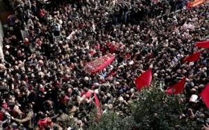 Des dizaines de milliers de personnes ont accompagné le cercueil de Berkin Elvan lors de ses funérailles mercredi à Istanbul. © Maxppp - Sedat Suna