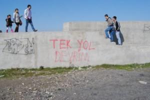akcakocada-duvarlara-yazilan-siyasi-yazilar-boyandi-IHA-20120318AW000055-2-t