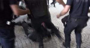 Polisten yere düşen kadın eylemciye tekme
